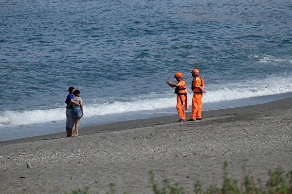 7月28日,台风尼莎来袭,宜兰县苏澳码头附近,仍有游客在海边游玩。(SAM YEH/AFP/Getty Images)
