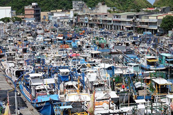 7月28日,台风尼莎来袭,宜兰县苏澳码头,停满了避风的渔船。(SAM YEH/AFP/Getty Images)