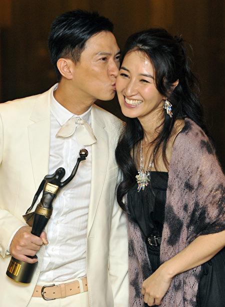 2009年4月19日,张家辉在首次捧得香港电影金像奖影帝宝座,亲吻爱妻关咏荷。(Victor Fraile/Getty Images)
