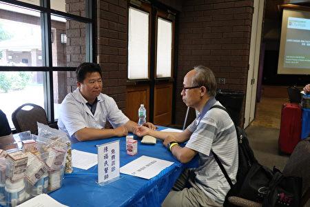 新唐人和大紀元健康巡展義診醫生民與眾互動。(大紀元)