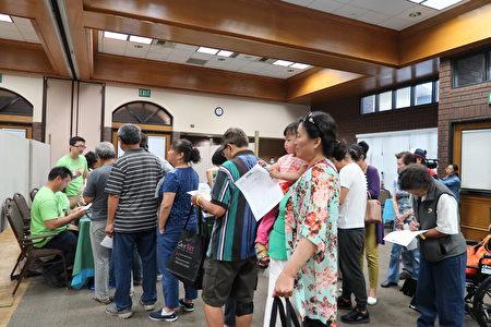 新唐人和大紀元健康巡展民眾排隊免費檢測B型肝炎。(大紀元)