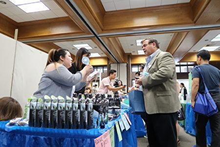 亞凱迪亞市長阿曼森(Peter Amundson)與新唐人和大紀元健康巡展商家互動。(大紀元)
