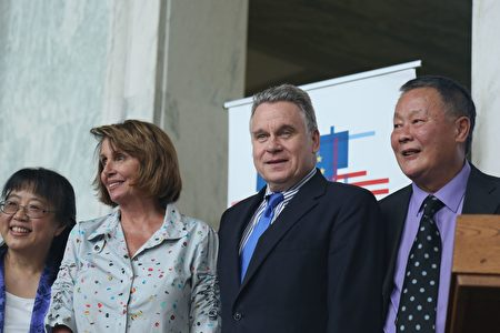 国会少数党领袖南希‧佩洛西(左二)和史密斯议员(右二)到场支持。(石青云/大纪元)