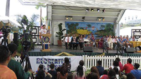 一年一度的莲花节于7月15日、16日在洛杉矶回声公园湖畔举行,莲花优雅,开幕式宾客祝贺。(袁玫/大纪元)