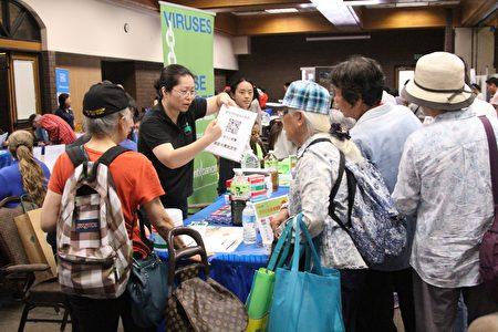 民众在排队了解商家升康力小球藻以及癌症预防中心(Prevent Cancer Foundation)的相关信息。(Arthur/大纪元)
