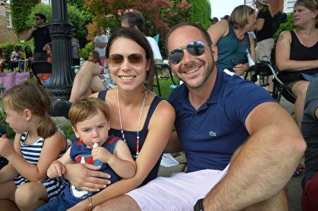 Kevin Hansen先生說法輪功的花車很棒,是他最喜歡的部分。圖為Hansen和妻子、兩個孩子。(海倫/大紀元)