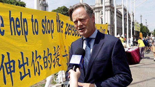 倫敦Hedon選區國會議員Matthew Offord來到活動現場表示支持,譴責中共暴行。(舒雅/大紀元)