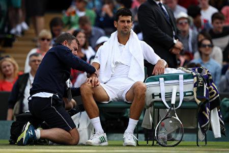 塞尔维亚球王德约科维奇因肘伤退赛,恐将休养一段时间,归期待定。 (Julian Finney/Getty Images)