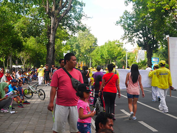 巴厘島當地民眾認真看法輪功學員的反迫害遊行。(蕭律生/大紀元)