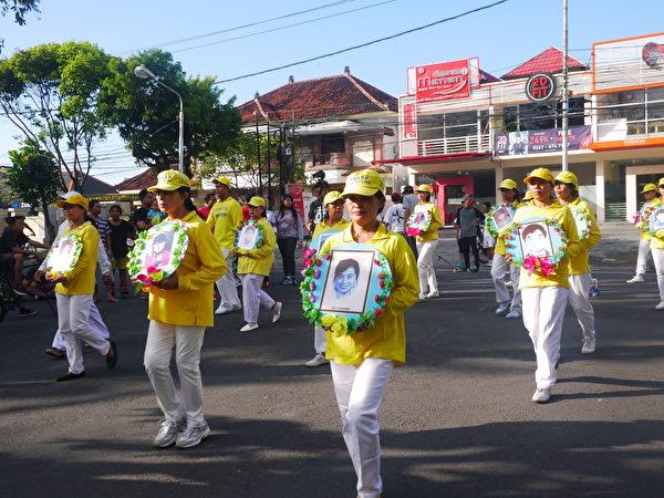 巴厘島法輪功學員反迫害遊行。圖中是悼念的隊伍。(蕭律生/大紀元)