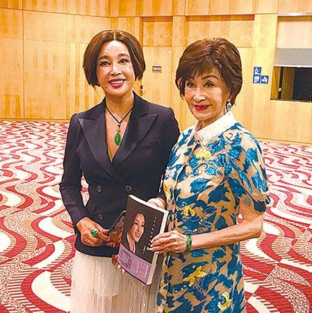 劉曉慶和鄭明明感情要好,劉曉慶每次來香港的條件是一定要明明姐在才來。(王文君/大紀元)