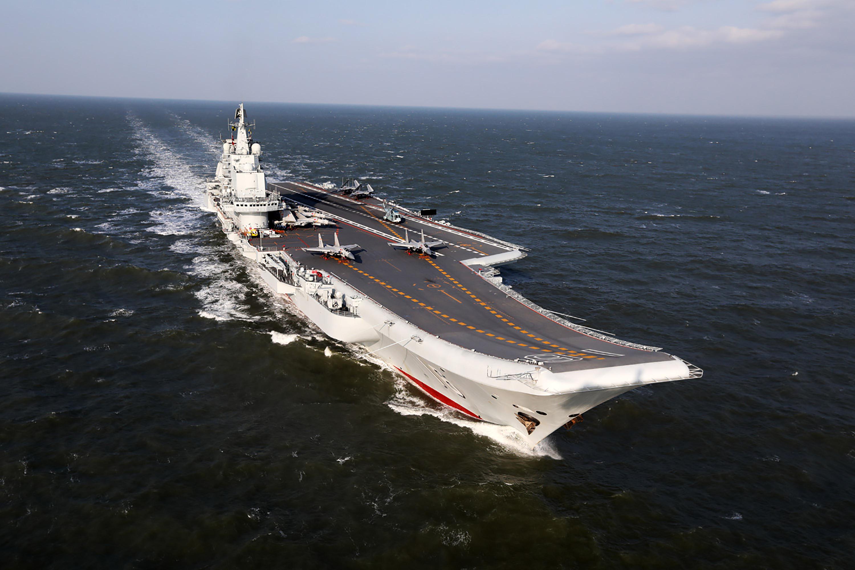 一項針對全球14國海軍現役的42艘航空母艦進行的調查顯示,中共首艘航母遼寧號位列最差航母。該航母的滑跳式甲板,也很難支持中共戰機。(AFP)