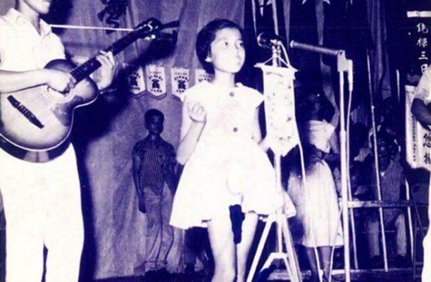 8岁的简文秀参加中广公司举办的歌唱比赛获得冠军,于是开启了她40多年的歌唱生涯。(罗东镇公所提供)
