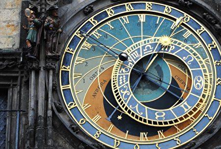 布拉格天文鐘,除以三種方式報時外,還可模擬太陽、月亮和地球的軌道。(Pixabay )