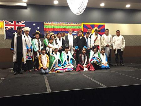 參加舞台表演的部份藏族社區成員 (大紀元/宋華)