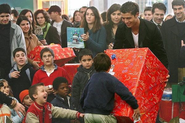 C罗给孩子们发圣诞礼物。 (NICOLAS ASFOURI/AFP/Getty Images)