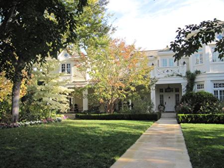 不對稱的自然景觀與不對稱的豪宅相得益彰,院美如畫。(灣區園林設計師Susan Chen 提供)