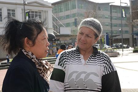 毛利母亲Heather Hales在认真听学员讲述活摘法轮功器官事实.(歐陽雲舒/大紀元)