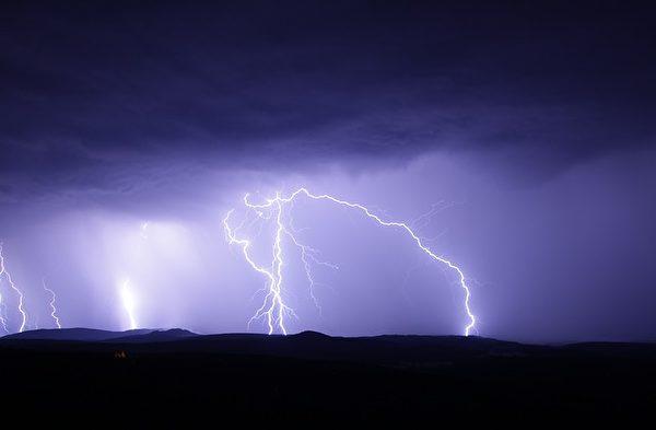 雷雨天不要穿湿衣服在室外。(Pixabay)