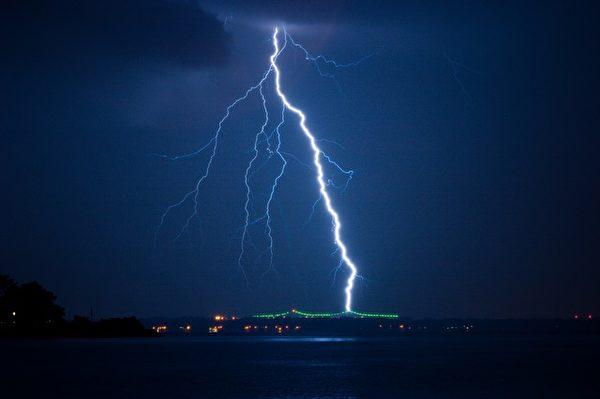 闪电危险,雷雨天应尽量在室内,同时避免使用家里的固定电话。(Pixabay)