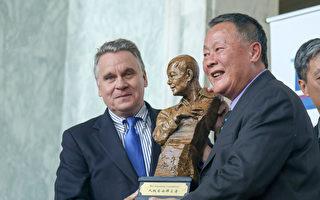 美史密斯議員獲頒「人權自由衛士獎」