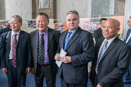 史密斯议员(右二)在活动现场与魏京生(左二)等人合影留念。(石青云/大纪元)