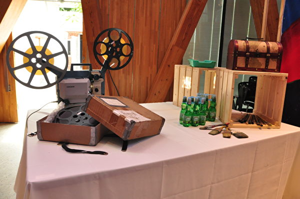 怀旧古早味的放映机和弹珠汽水。(赖月贵/大纪元)