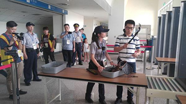 民眾通過安檢門,X光機器發現攜帶違禁物自拍棒。(新竹縣警察局提供)