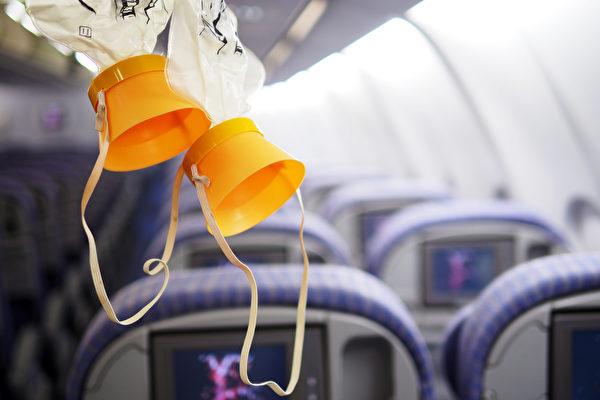 飛機正在下墜,男乘客卻發現自己的氧氣面罩被卡住,沒有落下來。(shutterstock)