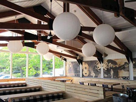 """图:罗西梅亚餐馆的内景。现在罗西梅亚餐馆的内景,比起五十年前要""""摩登""""一点。墙上壁画区,原先挂着被制成标本的各种海鱼,有条剑鱼﹝Swordfish﹞至少有三英尺长,好几十磅重。(作者提供)"""