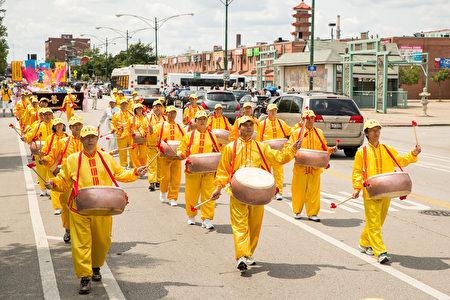 2017年8月5日,來自美國中部各州的部分法輪功學員在芝加哥中國城遊行,向人們展示法輪功的平和美好,並反對中共政府迫害18年。(陳虎/大紀元)