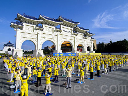 台灣法輪功學員集體煉功。(大紀元資料照)