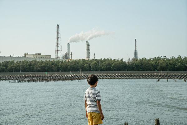 曾一度轟動華人影壇的電影《十年》,原班製作團隊今再推出《十年》國際版。圖爲呂柏勳參與《十年台灣》所執導的短片《路半》劇照。(佳映提供)