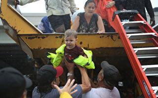 暴雨成灾水侵休斯顿 居民自发互救