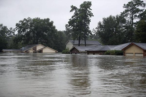 哈維颶風襲擊德州,休斯頓遭遇前所未有的洪災。圖為2017年8月28日,德州休斯頓,水患嚴重,許多房屋被淹没。(Joe Raedle/Getty Images)