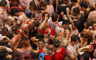 """西班牙为年度""""蕃茄大战""""节庆活动加强警力部署。图为8月30日,蕃茄大战活动。(Pablo Blazquez Dominguez/Getty Images)"""