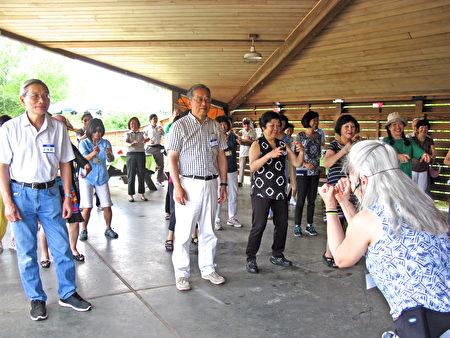 陈秀惠教跳NIA舞蹈。(冯文鸾/大纪元)
