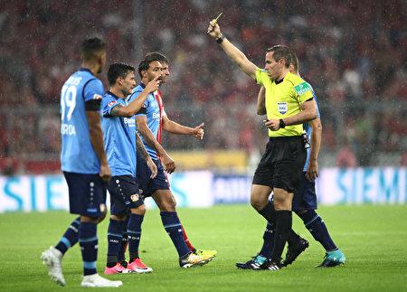 德甲首次引入錄像裁判,主裁給勒沃庫森的阿朗吉斯(左二)黃牌警告,並判給拜仁一粒點球。(Alex Grimm/Bongarts/Getty Images)