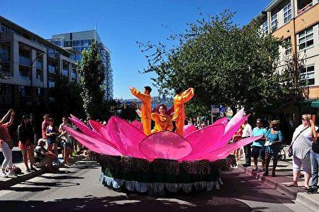 温哥华法轮功学员参加了北温哥华市举行的加勒比海节游行,受到沿途观众热烈欢迎(明慧网)