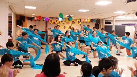 图:营员们表演舞蹈。(郭茗/大纪元)