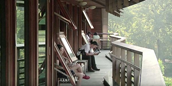 座落在北投溫泉鄉的台北市立圖書館北投分館,除外型獨特如帆船外,也是國內知名綠建築代表。擁有大面積 窗戶(圖),除了能讓陽光灑落館內,也讓空氣流通。(台北市立圖書館北投分館提供)