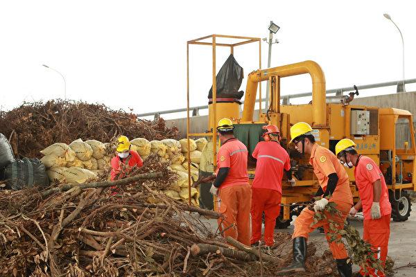 礁溪鄉清潔隊員正在進行破碎樹枝作業。(曾漢東/大紀元)