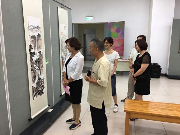 罗东镇长林姿妙(左一)看展,伍高明老师(左二)讲解。(罗东镇公所提供)
