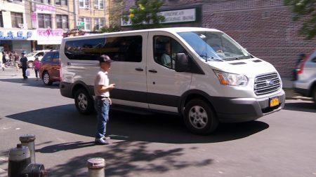 随着越来越多的华人迁出华埠,往返布碌崙的小巴生意也开始直线下降。