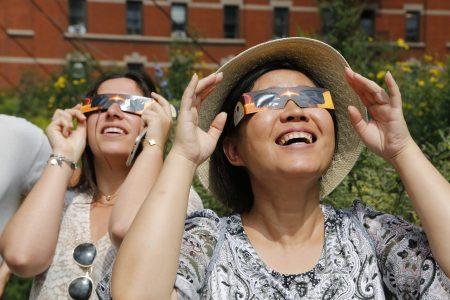 紐約華人民眾8月21日高線公園看日蝕。