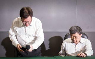 中油董事长陈金德(左)18日在总经理刘晟熙(右)陪同下,出席请辞记者会并对外说明。 (陈柏州/大纪元)