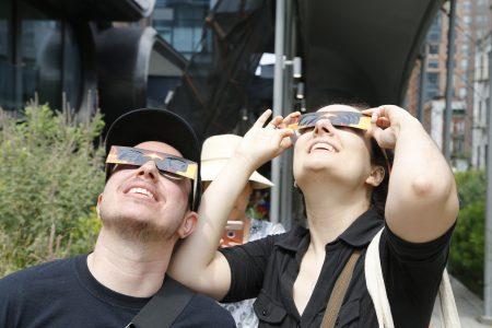 兩個好朋友塞維克和赫瑞娃相邀一起看日蝕。