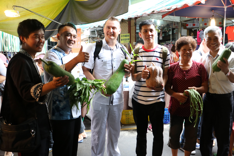 客委會自23日起舉辦為期三天的「客家美食國際廚藝交流活動」,交流首日,特別安排來自新加坡和法國的兩位名廚,到新竹縣竹東鎮的客家傳統市場參觀體驗 。(賴月貴/大紀元)