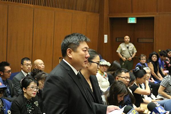 2017年8月16日,纪欣然父亲纪松波在庭审现场准备发言。(大纪元)
