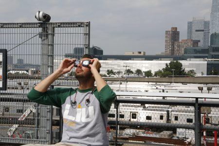 曼哈頓高樓下看日蝕的紐約人。